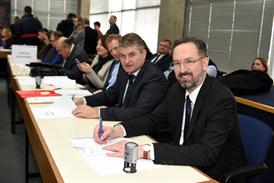 Načelnik Općine Vrbnik Dragan Zahija na potpisivanju ugovora